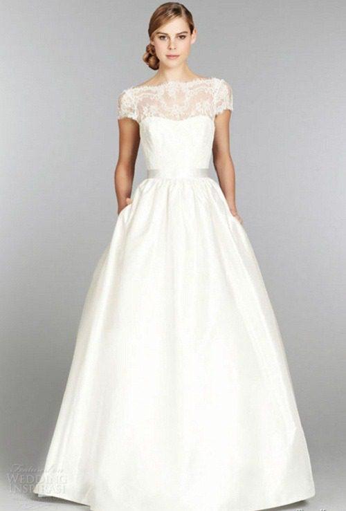váy cưới hoạ tiết ren
