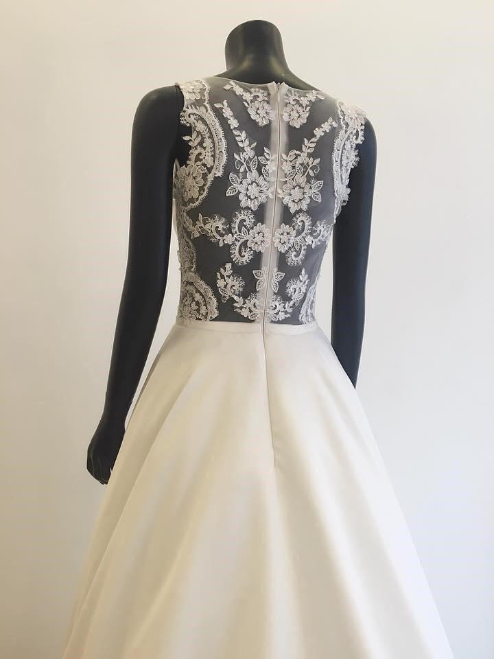 Mẫu áo cưới chất liệu ren được Nicole Bridal thiết kế phù hợp cho cô dâu mập mạp.