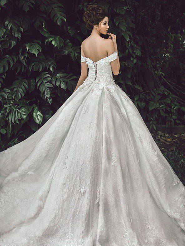 áo cưới trễ vai đẹp nên để tóc cao