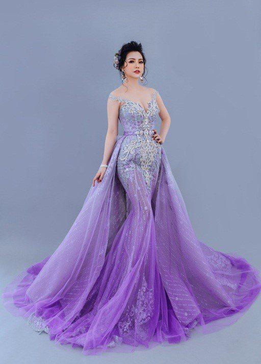 váy cưới đuôi cá màu tím