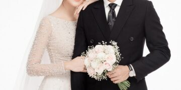 chụp ảnh cưới để cổng lãng mạn